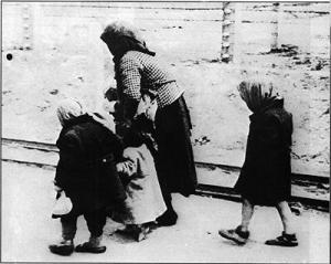 Alte Frau mit Kindern auf dem Weg in die Gaskammer
