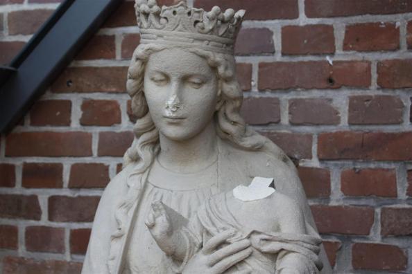 Beschädigte Marienfigur an der Sankt Agatha Kirche